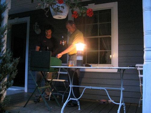 Kein Strom - kein Problem. Barbecueing auf der Veranda