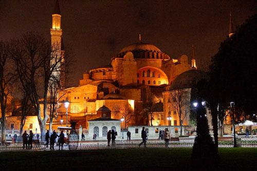 Die Hagia Sophia bei Nacht.