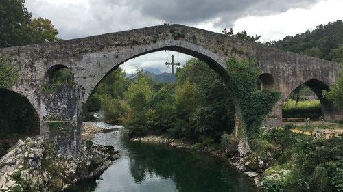 Noch immer hängt es da, das Siegeskreuz von Pelayo der Schlacht  von Covadonga gegen die Mauren (722).