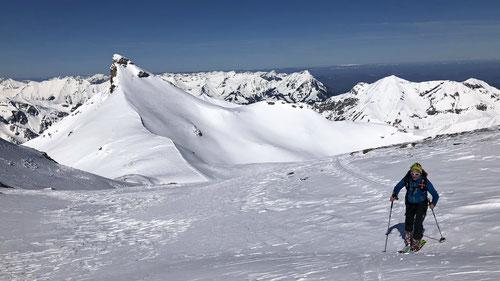 """Olli im Aufstieg. Im Hintergrund der """"Wild Andrist"""" mit seinem eindrücklichen Gipfeldreieck."""