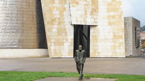 Die Statue von Ramón Rubial vor dem Guggenheim Museum.