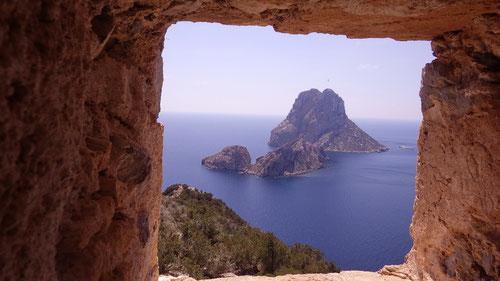 Die Isla de es Vedrà durch das Fenster den Wachturms.