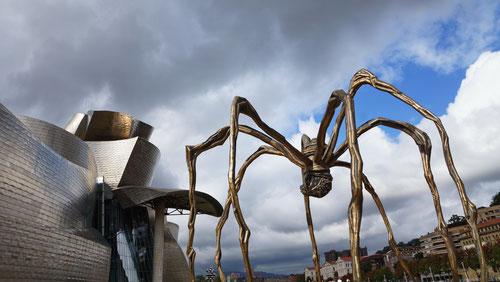Maman ist die grösste Skulptur aus der Spinnen-Serie der Künstlerin Louise Bourgeois