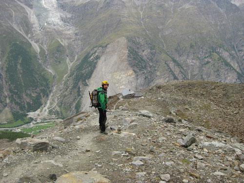 Kurz vor der Hütte. Links unten das 1500m tieferliegende Randa. Zum Glück steigen wir erst morgen ab.