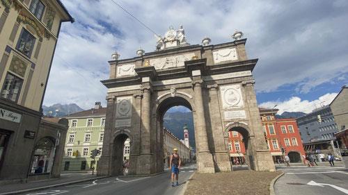 Am Ziel! Die Triumphpforte der Innsbrucker-Innenstadt.