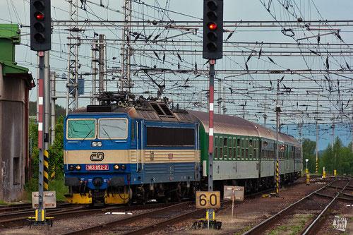 ČD 363 mit einem Schnellzug aus Prag bei Einfahrt in den Bahnhof Eger