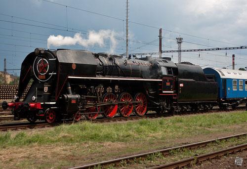 """Tschechische  ČSD-Baureihe 475.179 """"Šlechtična"""" (Edelfrau) mit Sonderz. aus Karlsbad (Heimatbhf. Děčín)"""