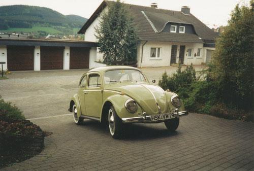 Mein erster Käfer, ein 1960er Dickholmer in Mangogrün, noch mit Winkern und 30 PS-Motor unterwegs, hier kurz nachdem er auf mich zugelassen wurde...