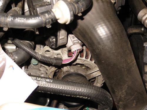 Der Stecker für das Drosselklappen-Potentiometer sitzt unterhalb des Ansaugschlauches, ich war mir erst gar nicht bewusst, dass ich ihn anscheinend bei den Demontagearbeiten gelöst habe...!  Dumm gelaufen! ;)