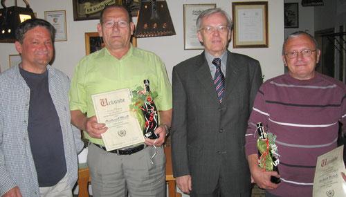 2011 - v.l. Vorsitzender Jörg Rudolph, Gerhard Riedl, 1. Bürgermeister Robert Frenzl und Norbert Korlek. - Foto: hala -