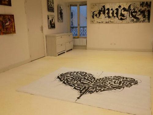 Ce dimanche à l'exposition, chez Arts et Artistes, il y avait une telle émotion que le sol en reste marqué par l'artiste Cyril Simon.