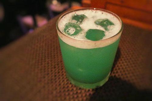 グラスに注がれた緑色のカクテル「ガルフストリーム」(180円)。