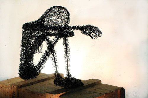 Enfance(s) n°1, fil de fer et fer à béton, table, 100cm x 120 cm, 2015 - crédit photo : Galingale