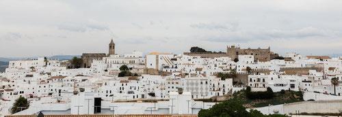 Imagen panorámica de Vejer de la Frontera con el castillo al fondo.  Foto: (cc) Wikipedia.org