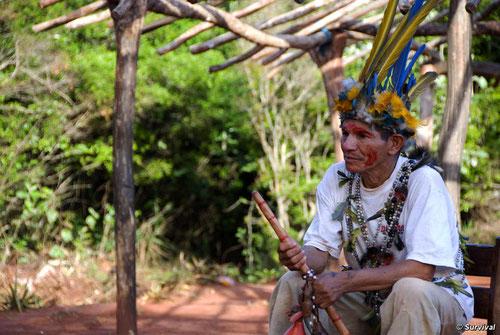 Los guaraníes registran índices extremadamente altos de suicidio y violencia como resultado del robo de su tierra. © Survival