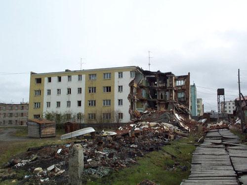 Un edificio de apartamentos en Chersky, Rusia, parcialmente destruido por deshielo. Foto (CC): Vladimir Romanovsky