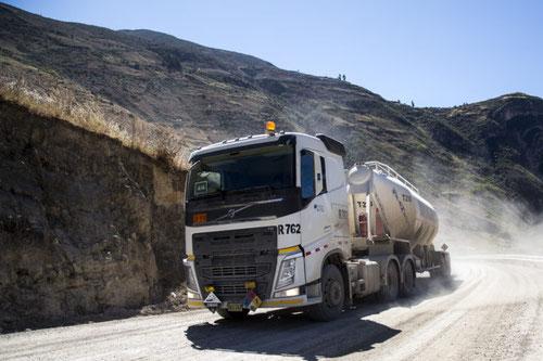 Más de 300 vehiculos del proyecto Las Bambas transitan por carretera que ocasiona problemas ambientales. Foto (CC): Hiperactiva Comunicaciones /Mongabay.