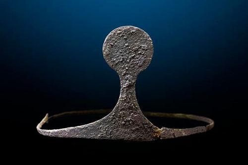 Diadema de plata hallada en la tumba principesca. Es la única de su época que se conserva hoy en España. / © UAB