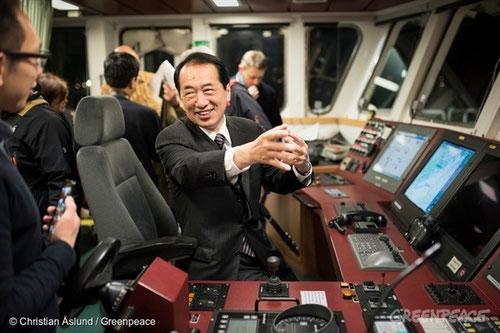 El ex primer ministro de Japón, Sr. Naoto Kan, a bordo del Rainbow Warrior. Él ha reiterado su oposición a la energía nuclear, y su apoyo a las energías renovables. ©Foto: Christian Aslund/Greenpeace