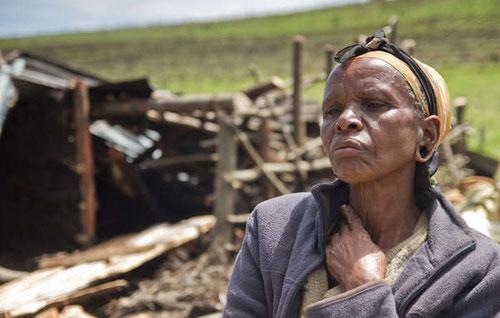 El hogar de esta mujer fue derribado durante las expulsiones ilegales de ogieks de su tierra ancestral. / © Survival