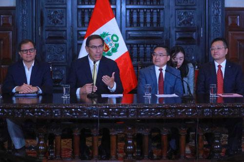 El presidente peruano Martín Vizcarra en reunión con el embajador de China en Perú, Jia Guide. Foto (CC): Agencia Andina /Mongabay.