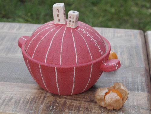 小さな土鍋と小さな鬼灯