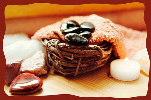Lassen Sie sich mit heißen Steinen und einer wohltuenden Massage verwöhnen