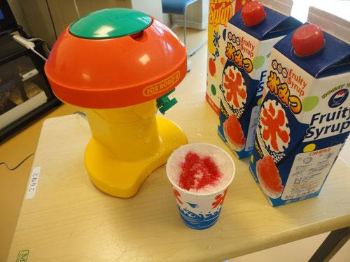 こちらがかき氷器「アイスロボくん」です(^^)                 シロップも各種ご用意しております♪