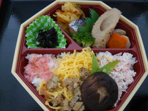 盛り沢山の華やかなお弁当です(^^)