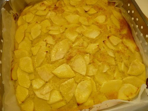 さて、かるたをしている間にりんごケーキが焼きあがりました!りんごがたっぷりと入っています♪