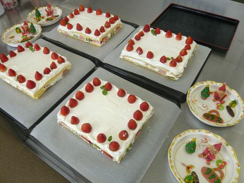 手作りケーキでお祝い♪利用者様にトッピングをお願いします