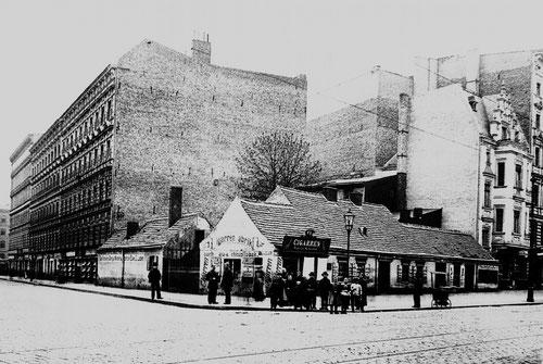 Die Reste des Vorwerk Wedding, eingebaut zwischen Gründerzeithäusern, Foto von 1890