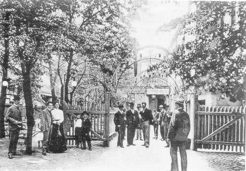 Eingang zum Garten des Bernhard Rose-Theaters, 1904