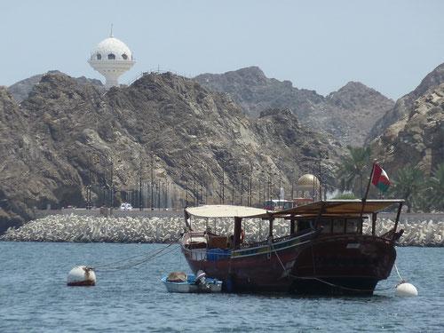 Ufo wundert sich über die Dhau oder: Bucht von Mutrah mit Blick auf eine Dhau (Boot) und die Aussichtsplattform (Weihrauchbrenner)