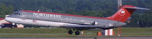 Eine DC-9 der Northwest landet/Courtesy: Northwest Airlines