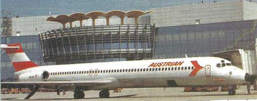 Vordere Tür am Gatefinger, Hecktreppe ausgeklappt/Courtesy: Austrian Airlines
