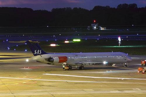 Stimmungsvolle Aufnahme einer MD-82 von SAS am 10.Oktober 2013 auf dem Flughafen Hamburg/Courtesy: Sören Ladehof