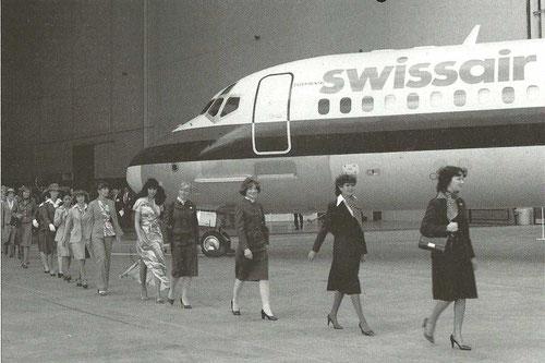 Repräsentativ sieht man Flugbegleiterinnen von Swissair, Austrian Airlines, Hawaiian Air, TDA und PSA vor einer MD-81 der Swissair vorbei schreiten/Courtesy: McDonnell Douglas