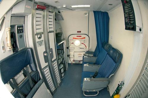 Einstiegsbereich/Ruhezone und Bordküche + vordere Servicetür/Courtesy: AEI
