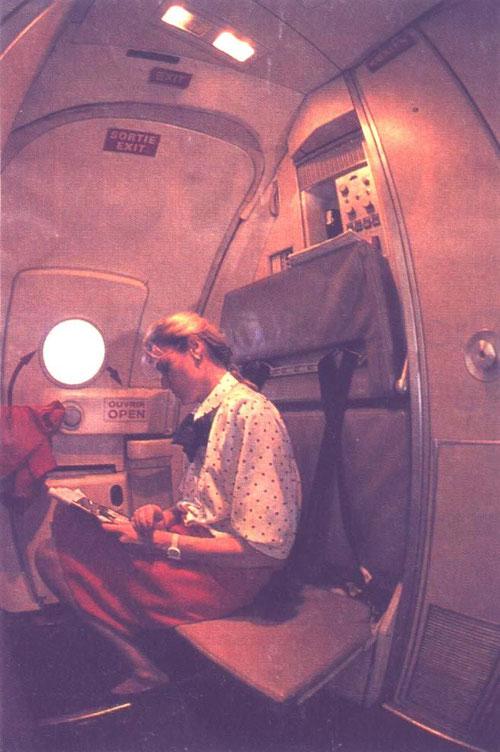 Vordere Flugbegleitersitze, während des Fluges auch für pausen geeignet/Courtesy: Air Liberté?