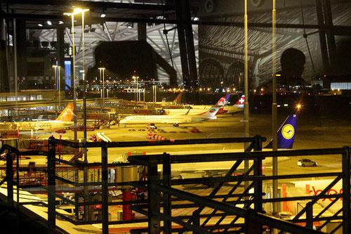 Stimmungsvolle Aufnahme mit der Abfertigung von Flugzeugen in Hamburg, inklusive einer MD-80 der Bulgarian Air Charter! / Foto: Vincent Ewers