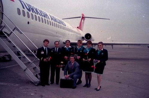 Cockpit- und Kabinenbesatzung vor ihrer DC-9-32 im Jahr 1993/Courtesy: Turkish Airlines