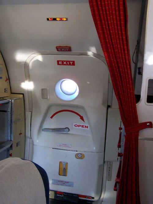 Die geschlossene Servicetür einer MD-80 der SAS/Courtesy: René Kaminski