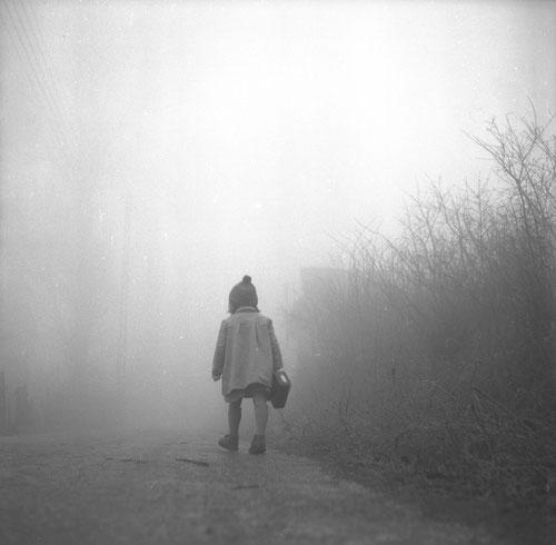 [Une petite fille marche sur les chemins dans un brouillard d'hiver] auteur(s) Vallet, Marcelle, 1907-2000 (photographe)