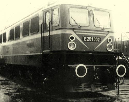 Die E251 002 wurde in spezieller Lackierung auf der Frühjahrsmesse 1965 in Leipzig gezeigt (Aufnahme: Joachim Fulde, Potsdam)