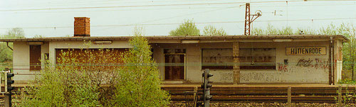 """Bahnhofsgebäude"" Hüttenrode 1999, mittlerweile abgerissen (Aufnahme: Hartmut Weidemann, Berlin))"