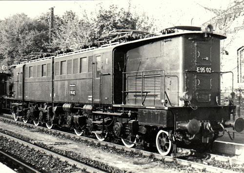 1985: Altbau-Elektrolok E95 02 auf einer Ausstellung im Bahnhof Blankenburg