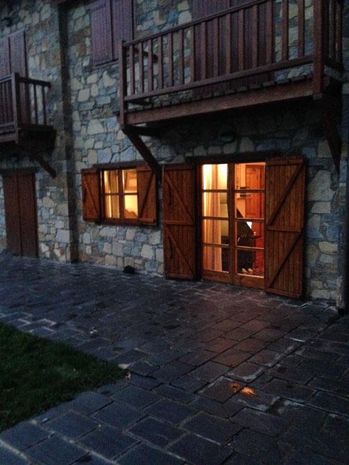 vista exterior del apartamento, de noche