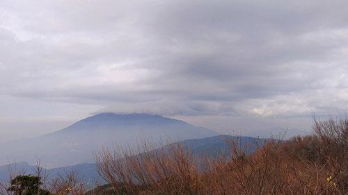 今にも雨が降りそうなどんよりな筑波山 from 宝篋山