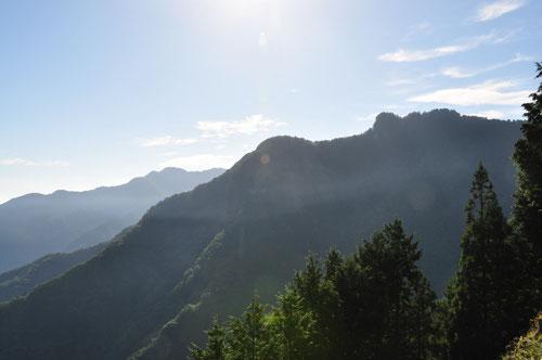 ぽっこり出ているのが「妙法ヶ岳」山頂